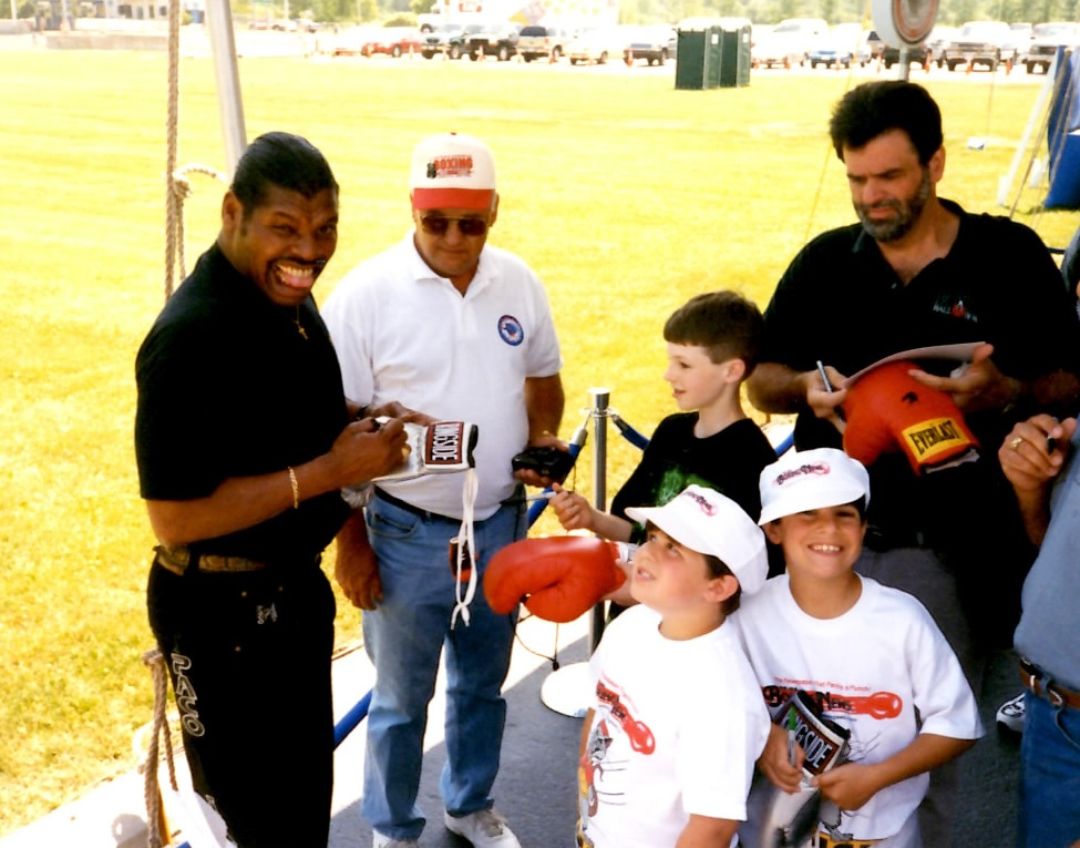 Former heavyweight Champion Leon Spinks with some fans at the Boxing Hall of Fame * (PHOTO BY ALEX RINALDI)