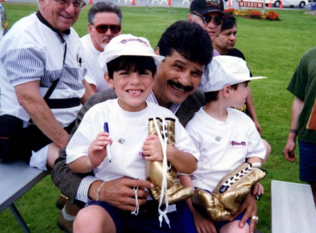 Legendary Alexis Arguello with Fans *(PHOTO BY ALEX RINALDI)